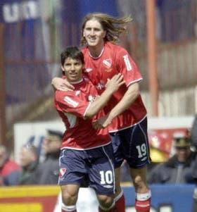 Agüero y Frutos se abrazan y festejan el segundo gol; ayer, los dos jugaron para 10 puntos