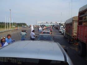 Sin cortar el tránsito en la ruta 14, vecinos entrerrianos protestaron contra la instalación de las papeleras