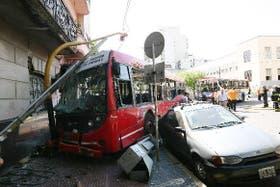 Por no respetar el semáforo, dos colectivos chocaron el 18 del actual en el cruce de Garay y Piedras, en San Telmo; hubo 62 personas heridas