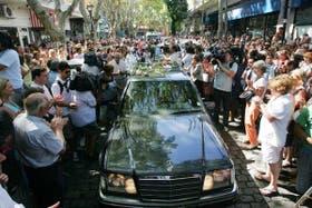 El cortejo fúnebre, entre vítores y lágrimas, pasó por la calle Chacabuco, donde Garrido fue asesinado