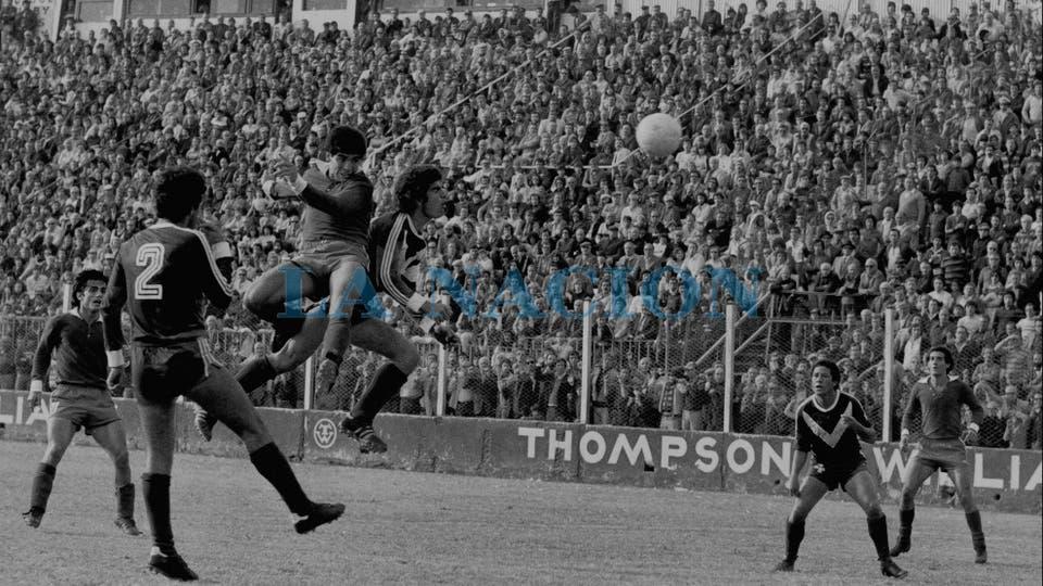 13-5-1979: toda la potencia para ganarle en la altura a Pedro Larraquy.. Foto: LA NACION