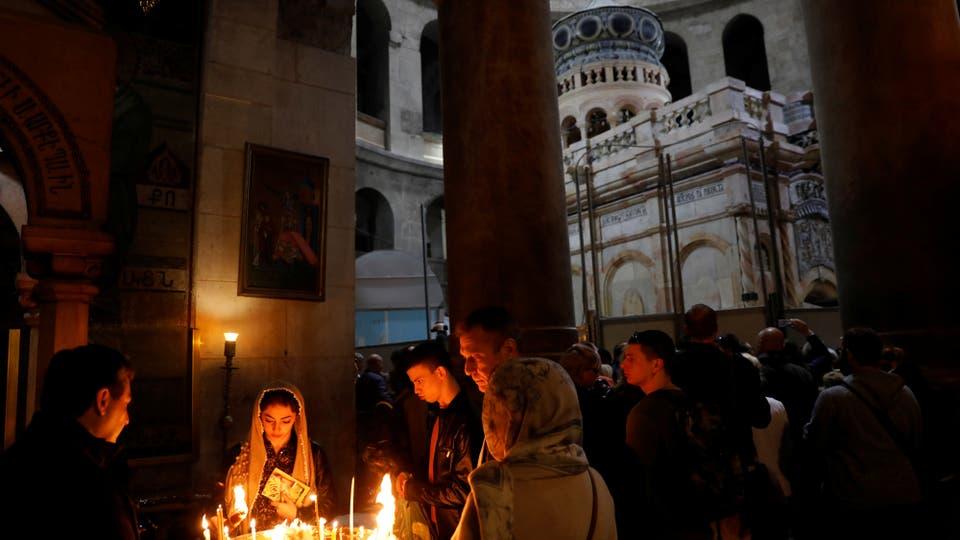 Los fieles encienden velas en el Edículo. Foto: Reuters / Ronen Zvulun