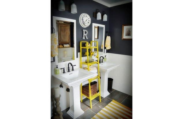 Mueble Baño Amarillo:amarillo aparece en los detalles: la alfombra, las toallas y el mueble