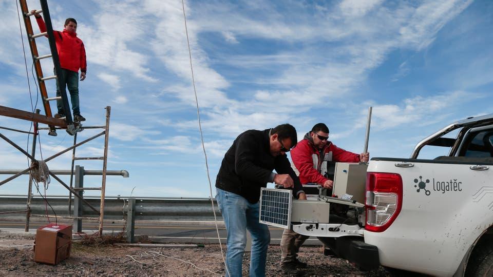 Javier Carrizo prepara una cámara que ubicarán en el puente del Río Nuevo sobre la ruta provincial 33 y que científicos utilizarán para hacer monitoreos del río, en las cercanías de Villa Mercedes. Foto: LA NACION / Diego Lima