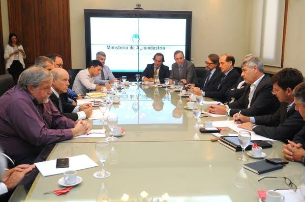 Funcionarios y empresarios en el encuentro que mantuvieron hoy