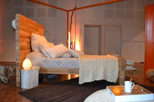 La cama de madera de El Corral multiplica funciones: detrás, tiene un espejo + perchero; delante, un estante de apoyo. Foto: Soledad Avaca Cuenca