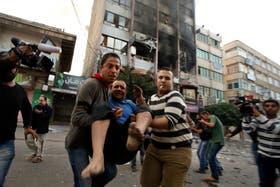 Un civil palestino herido, evacuado tras un bombardeo sobre un edificio que alberga a medios internacionales