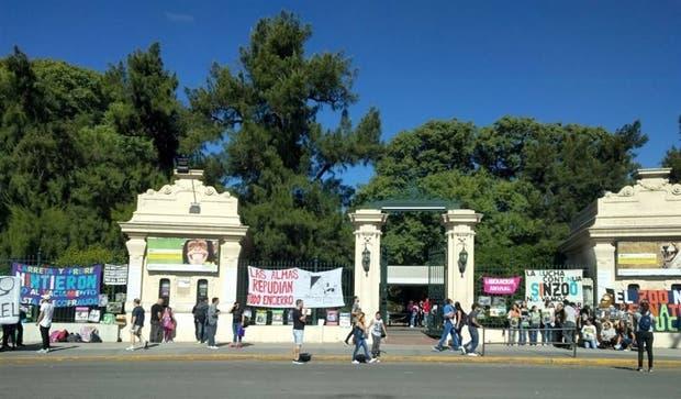 Anteayer, entidades animalistas protestaron contra el cautiverio en la puerta del Zoo porteño