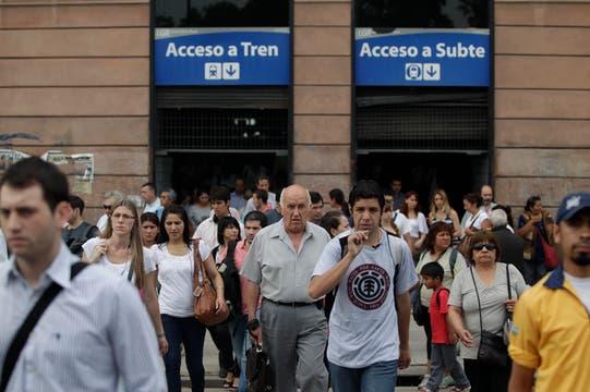 Los pasajeros tuvieron que buscar otros medio de transporte. Foto: LA NACION / Aníbal Greco