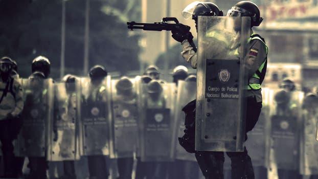 La policía enfrenta a manifestantes de la oposición. Foto: AFP / Juan Barreto