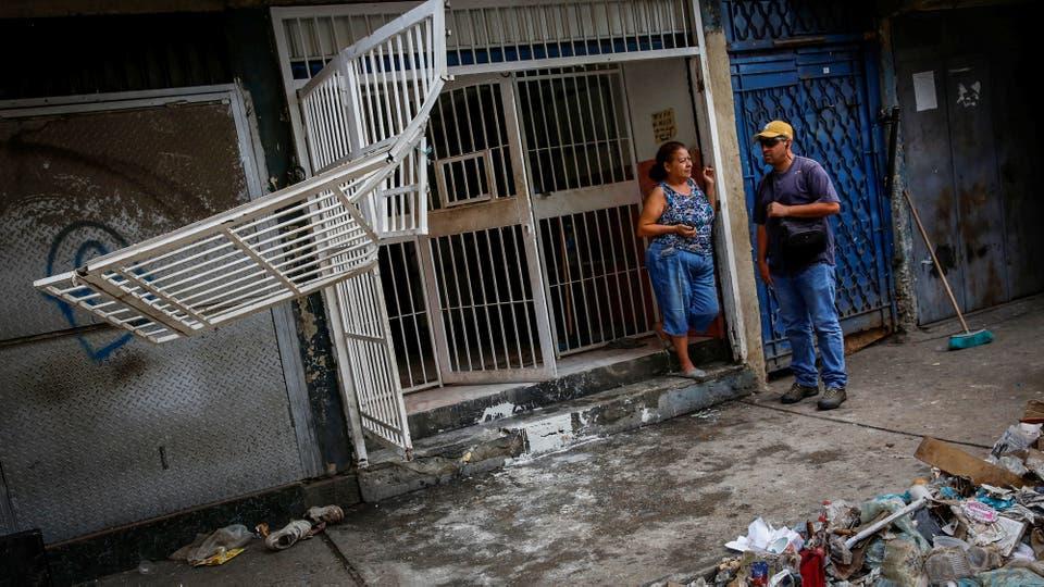 Rejas rotas en uno de los locales que fue saqueado. Foto: Reuters / Carlos Garcia Rawlins