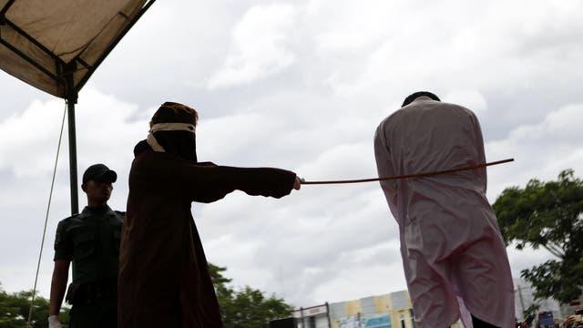 Un hombre recibió 83 azotes públicos en Aceh, la única provincia de Indonesia donde se aplica la sharia (ley islámica).