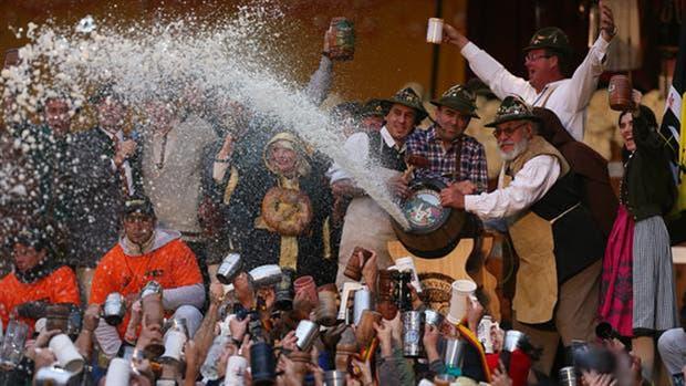 Lluvia de cerveza en el Oktober Fest de Córdoba