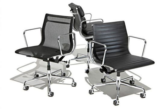 Las sillas Aluminium cotizan entre $3200 y $5800 cada una. Foto: Colección SACIF
