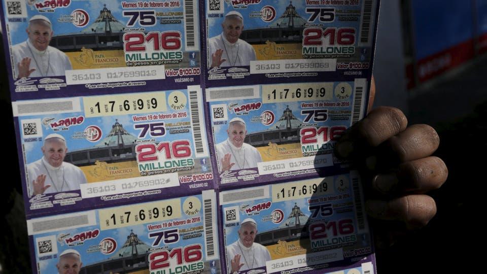 Un vendedor ambulante vende billetes de lotería con la imagen del Papa. Foto: Reuters