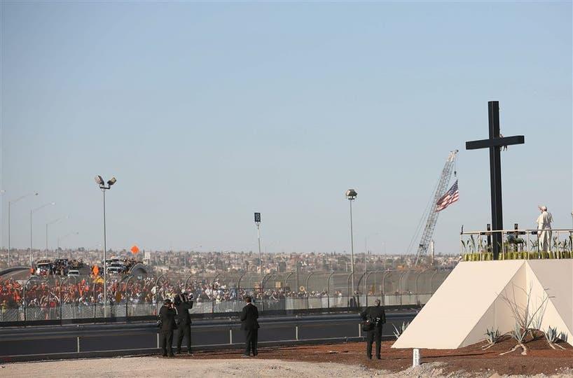 Desde Ciudad Juárez, el Papa saludó a fieles que se congregaron al otro lado de la frontera, en Texas. Foto: EFE / Alessandro Di Meo