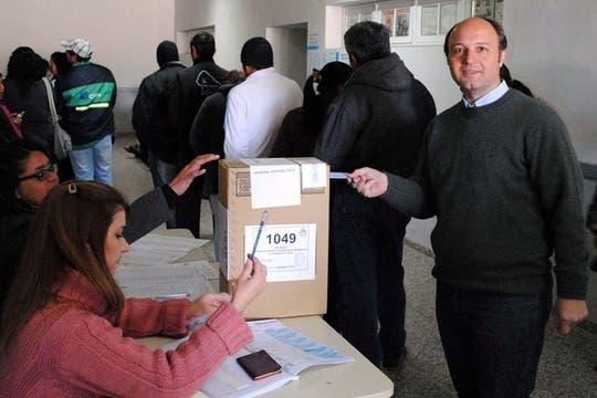 El precandidato a diputado nacional por el FPV Carlos Rubin tras emitir su voto en la localidad de Curuzú Cuatiá. Foto: Télam