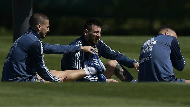 Messi, pensativo, junto con Benedetto y Otamendi, en la práctica matutina de ayer en Ezeiza