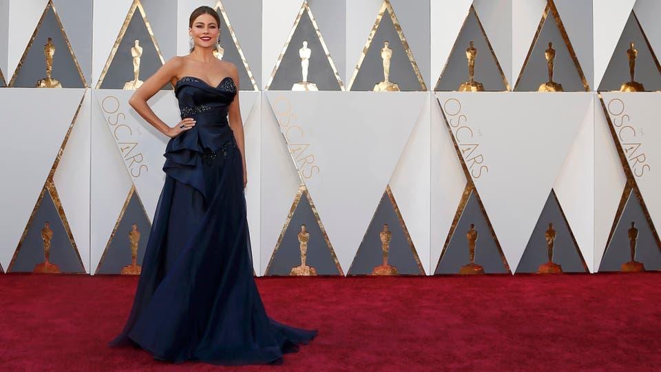 Sofia Vergara lució un vestido azul marino de Marchesa, joyas de Lorraine Schwartz y el pelo recogido.