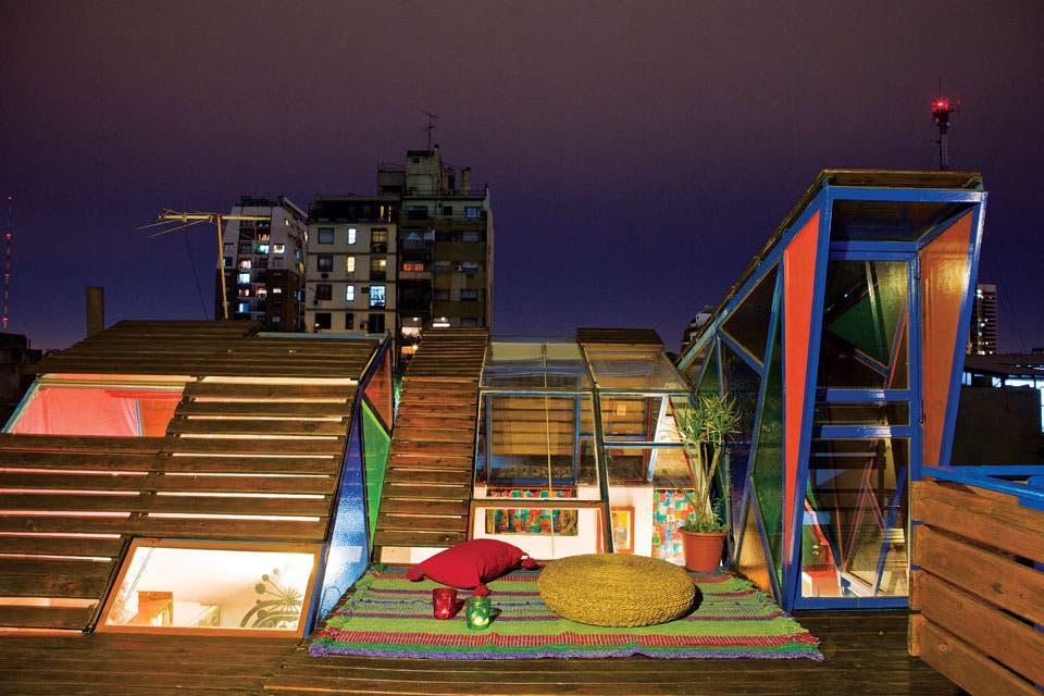 """""""De noviembre a abril, la terraza es nuestro refugio. Cada tarde nos sentamos con mi mujer y mi hija a ver el atardecer. Además, la luz que entra a través de los vidrios de colores da lindas combinaciones de tonos en el interior"""".  /Santiago Ciuffo"""