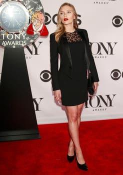 Scarlett Johansson fue a los Tony con un vestidito negro con cuello de leopardo. Foto: Reuters