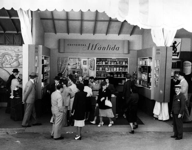 El stand de Editorial Atlántida. Casi todos tenían el mismo tamaño Los autores firmaban ejemplares