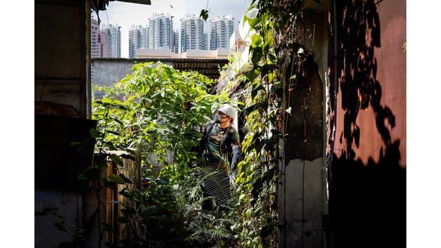 Un miembro de HK URBEX en el interior de un edificio residencial abandonado