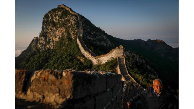 Cheng Yongmao, el ingeniero encargado del proyecto de reconstrucción en la sección de Jiankou de la Gran Muralla, observa cómo el sol se eleva sobre el muro