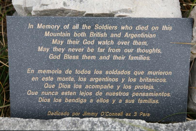 Placa en memoria a los soldados argentinos e ingleses que pelearon en Monte London. Foto: LA NACION / Mauro V. Rizzi
