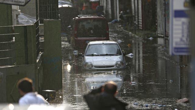 Algunos vehículos no pudieron escapar y quedaron atrapados en el agua que subió velozmente