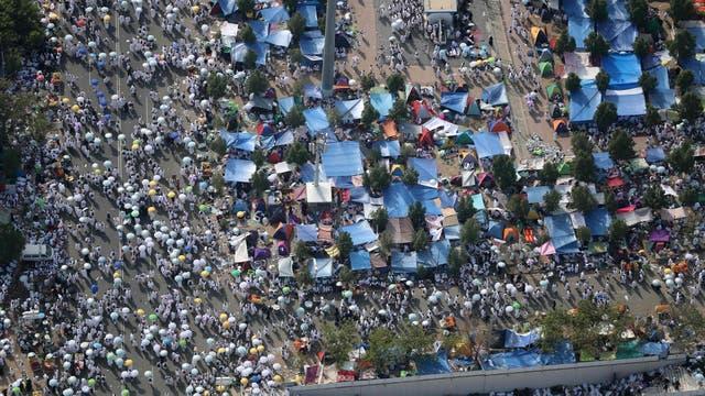 Los peregrinos tienen que aguantar largas esperas y enormes multitudes en su camino para lograr la purificación y el arrepentimiento.
