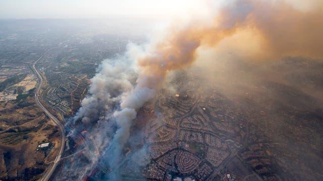 Vista de un barrio residencial destruido por las llamas