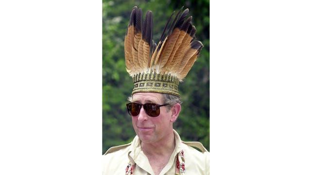 Con un atuendo típico en su visita a Guyana