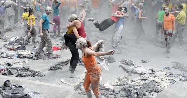 Los artistas se arrancaron la ropa y llevaban atuendos colorida debajo del disfraz