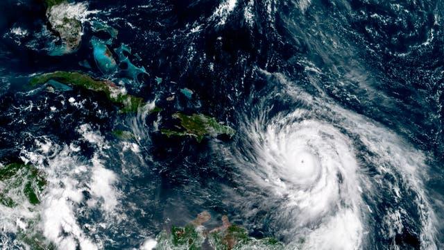 Esta imagen del satélite GOES-16 tomada el martes 19 de septiembre y proporcionada por la Administración Nacional Oceánica y Atmosférica (NOAA), muestra el huracán María al sureste de Puerto Rico