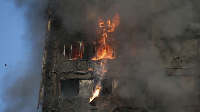 Cerca de la una de la mañana las llamas se apoderaron de un edificio en Londres; decenas de dotaciones de bomberos trabajan en el lugar.