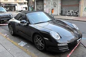Cuatro delincuentes a bordo de un BMW interceptaron al abogado Fernando Burlando y le robaron su Porsche modelo Carrera. El hecho se produjo en Humboldt y Charcas, y el vehículo del abogado fue abandonado horas mas tarde en Paso al 600 en el barrio de Balvanera