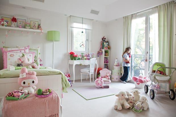 Josefina tiene una habitación muy femenina, con una cama como la de su hermano pero en blanco, al igual que el estante empotrado. El cuadro se completa con tonos de rosa y verde claro en la ropa de cama, las cortinas y la lámpara de pie..