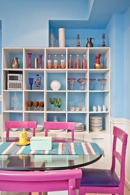 En el comedor diario, se suman el violeta y el fucsia del látex satinado de las sillas, también de herencia familiar. El mueble para la vajilla es creación de Juanjo..  Foto:Living /Javier Csecs