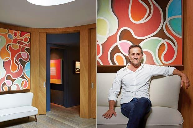 """""""El hall de entrada, oval, iluminado y revestido en madera, es el centro neurálgico de la casa"""".  Foto:Living /Francis Amiand / Kerylos Intérieurs"""