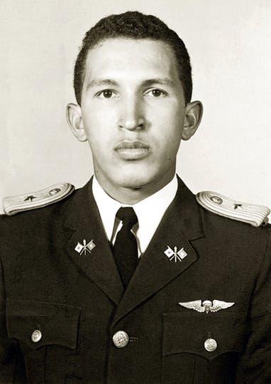 Antes de graduarse como teniente de la academia militar en Caracas el 5 de julio de 1975.. Foto: AFP