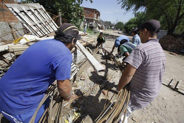 Los cooperativistas construyen veredas a cambio del plan Argentina Trabaja