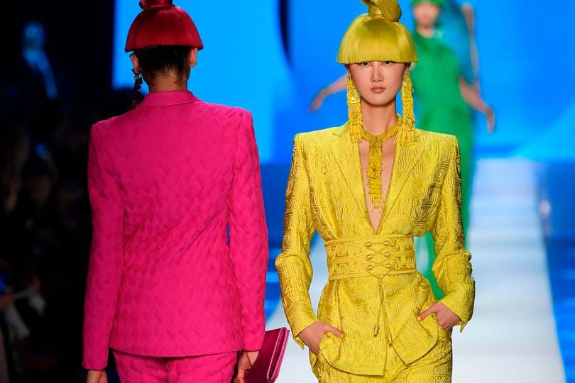 El nuevo lujo irrumpió en trajes de color, vestidos con flecos, moños, bordados y transparencias