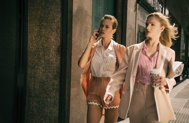 Trench y shorts (Anushka Elliot), camisa (Yagmour). Traje oversize con vivos blancos (Cher), camisa de algodón (Kosiuko)