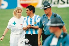 Diego Maradona y la enfermera, en EEUU 1994, una dolorosa imagen
