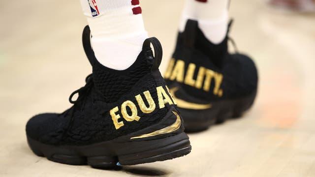 """Lebron James usó unas zapatillas con el lema """"igualdad"""""""