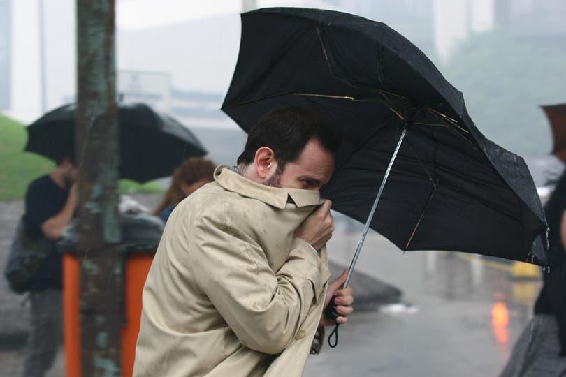 Entre la lluvia y el mal olor. Foto: LA NACION / Ricardo Pristupluk