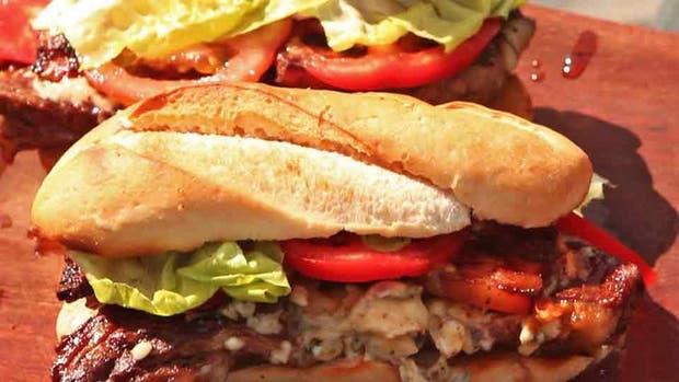 Un corte económico y sabroso, la marucha es ideal para estos sandwiches que incluyen roquefort y panceta