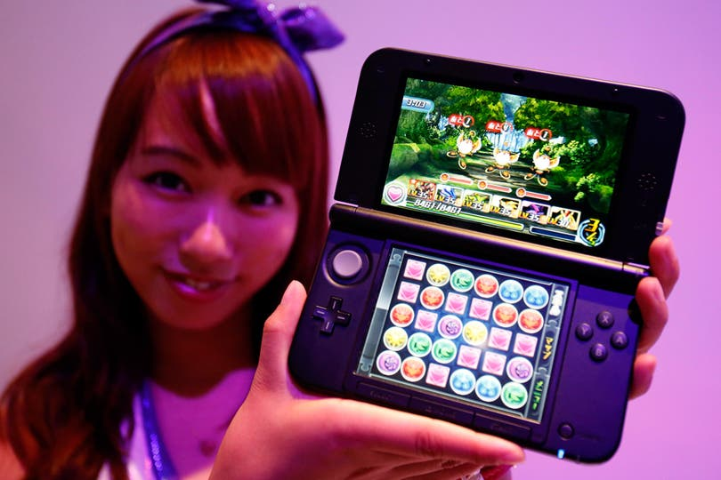 Una promotora muestra una Nintendo 3DS, uno de los equipos más vendidos de la compañía, con el juego Puzzle and Dragons Z. Foto: Reuters