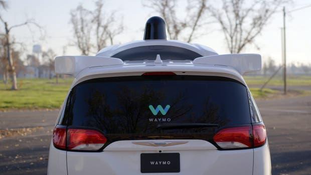 Una minivan Pacifica de Chrysler con la tecnología de Waymo, que ahora se utilizará en los autos de Lyft, el rival de Uber
